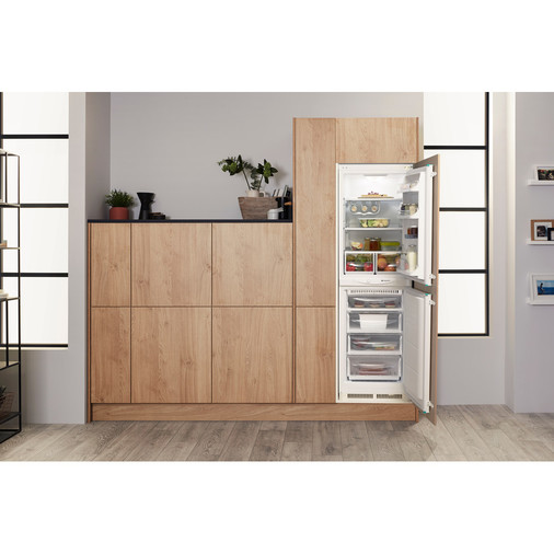 Hotpoint Aquarius HM 325 FF.2.1 Integrated Fridge Freezer Image 6